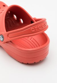 Crocs - CLASSIC UNISEX - Drewniaki i Chodaki - spicy orange