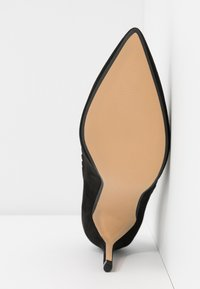 Dorothy Perkins Wide Fit - WIDE FIT ELIZA SCALLOP DETAIL COURT - High heels - black - 6