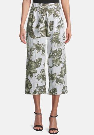 MIT BUNDFALTEN - Trousers - white/green