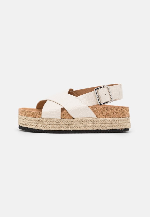 VEGAN JANNIKE - Sandalen met plateauzool - white dusty light