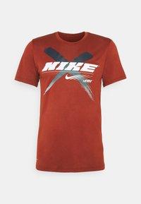Nike Performance - DRY TEE LEG - T-shirts print - dark cayenne - 0