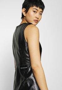 Calvin Klein Jeans - HIGH SHINE SHIFT DRESS - Sukienka letnia - black - 3