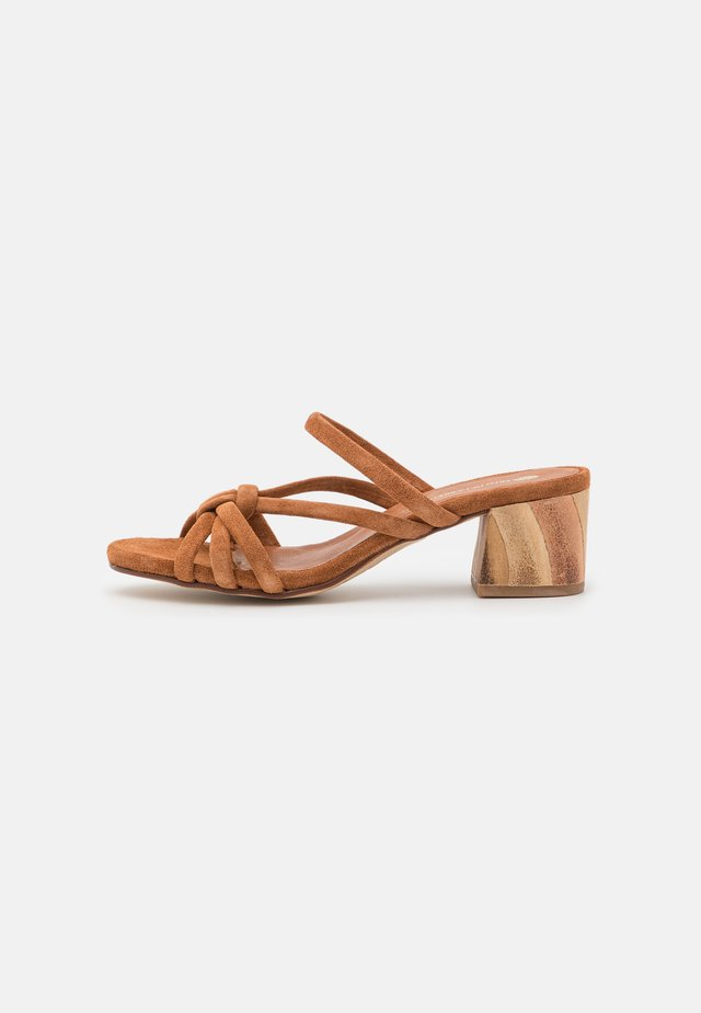 Pantofle na podpatku - cognac
