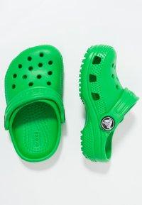Crocs - CLASSIC  - Sandały kąpielowe - grass green - 0