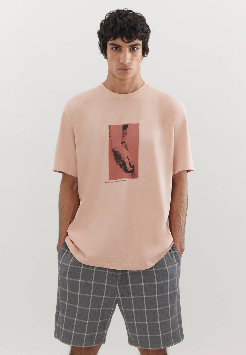 PULL&BEAR - MIT MICHELANGELO-WERK - Print T-shirt - pink