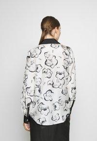 KARL LAGERFELD - ORCHID PRINT BLOUSE - Camisa - black - 2