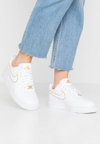 Nike Sportswear - AIR FORCE - Sneakers - white/metallic gold - 0
