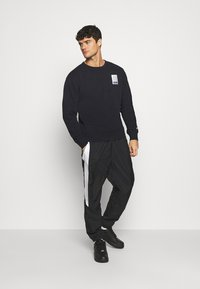 Nike SB - STRIPES CREW UNISEX - Sweatshirt - black/white - 1