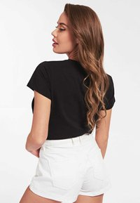 Guess - GUESS T-SHIRT LOGO APPLIKATIONEN - Print T-shirt - schwarz - 2