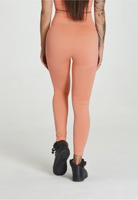 carpatree - SEAMLESS LEGGINGS MODEL ONE - Trikoot - peach orange - 2