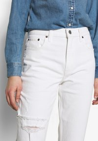 Abercrombie & Fitch - KNEE SLITS MOM - Slim fit jeans - white destroy - 5