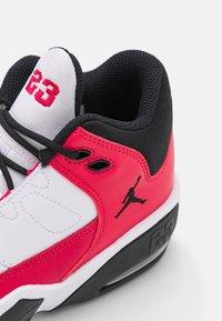 Jordan - MAX AURA 3 UNISEX - Chaussures de basket - white/very berry/black - 5