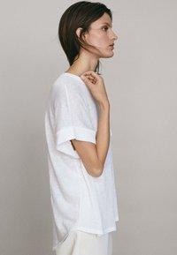 Massimo Dutti - UMSCHLAG  - Basic T-shirt - white - 3