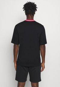 Champion - ROCHESTER RETRO BASKET V NECK - Print T-shirt - black - 2