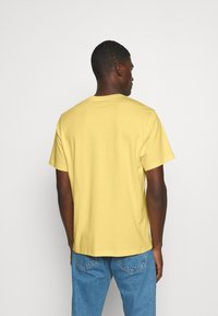 Levi's® - RELAXED FIT TEE UNISEX - T-shirt con stampa - yellows - 2