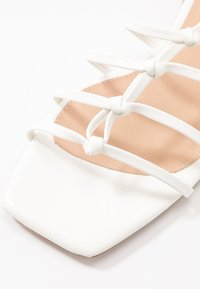 NA-KD - CROSSED STRAPS FLATS - Sandály - offwhite - 2