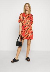 Missguided - FESTIVAL EXCLUSIVE FLAME PRINT DRESS - Žerzejové šaty - red - 1