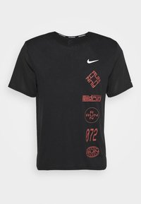 Nike Performance - MILER - T-shirt imprimé - black/claystone red/silver - 5