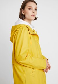 Vero Moda - VMFRIDAY NEW COATED JACKET - Parka - spicy mustard - 3