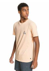 Quiksilver - FRESH TAKE - Print T-shirt - apricot - 3