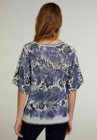 Oui - MIT KURZEN ÄRMELN - Print T-shirt - light grey blue - 2