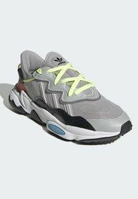 adidas Originals - OZWEEGO SHOES - Sneakersy niskie - grey - 1