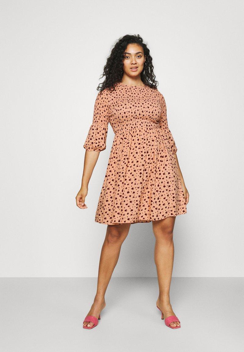 Glamorous Curve - SMOCKED BUBBLE SLEEVE DRESSES WITH ROUND NECK - Denní šaty - peach