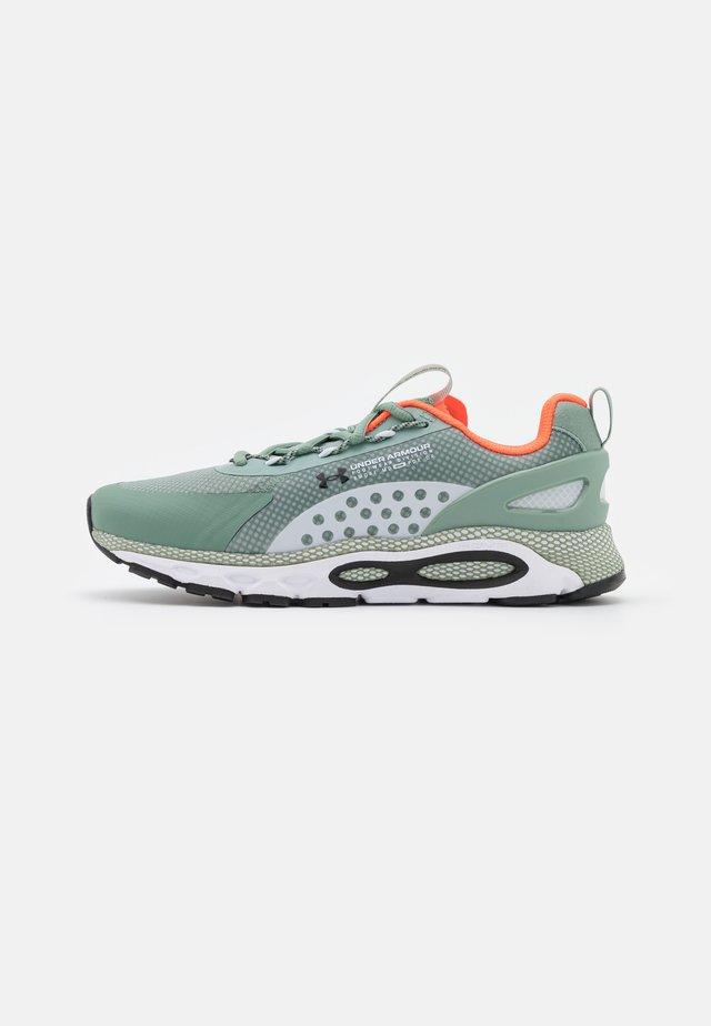 HOVR INFINITE SUMMIT 2 UNISEX - Chaussures de running neutres - green