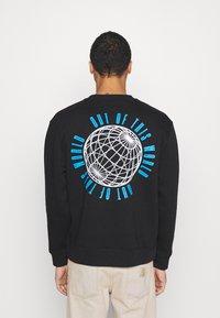Topman - IDENTITY GLOBE PRINT - Sweatshirt - black - 2