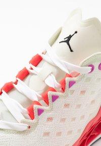 Jordan - ZOOM TRUNNER ULTIMATE - Scarpe da basket - white/black/flash crimson/spruce aura/hyper violet/electro green - 5