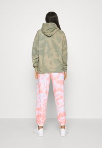 New Look - TIE DYE JOGGERS - Tracksuit bottoms - mid pink - 2
