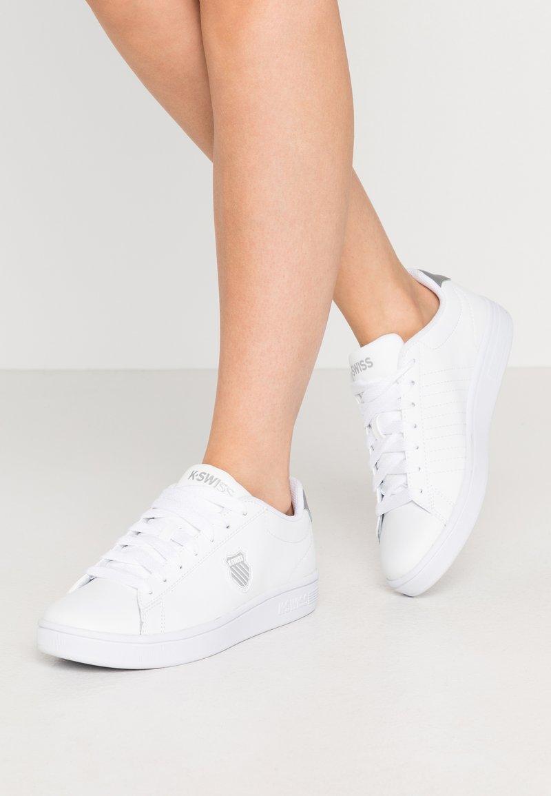 K-SWISS - COURT SHIELD - Sneakers laag - white/silver