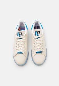 adidas Originals - DISNEY STAR WARS STAN SMITH SHOES UNISEX - Trainers - chalk white/footwear white/bright blue - 3