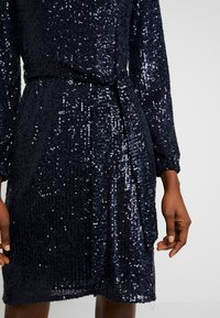 Dorothy Perkins - SEQUIN LONG SLEEVE FIT AND FLARE - Cocktailkjole - navy - 6