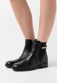 Tommy Hilfiger - BLOCK BRANDING FLAT BOOT - Classic ankle boots - black - 0