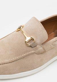 Walk London - STREAM TRIM LOAFER - Chaussures bateau - beige - 5