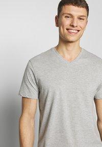 Burton Menswear London - 2 PACK  - Basic T-shirt - grey melange - 4