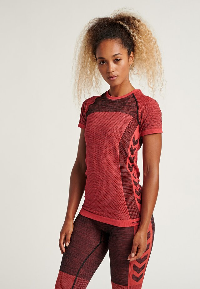 HMLCLEA SEAMLESS - T-shirt z nadrukiem - chili melange