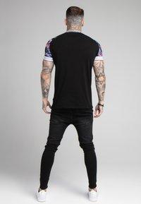 SIKSILK - HAWAII STATUS TECH TEE - T-shirt con stampa - black - 2