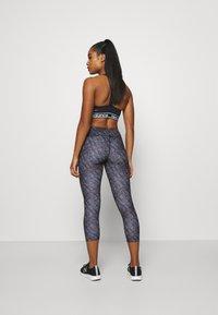 New Balance - PRINTED ACCELERATE CAPRI - Pantalon 3/4 de sport - black - 2