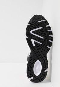 Puma - AXIS PLUS 90'S - Zapatillas - white/black/team light blue/jaffa orange - 4