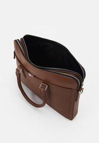 Tommy Hilfiger - BUSINESS SLIM COMP BAG UNISEX - Portafolios - brown - 3
