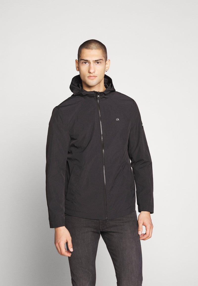 Calvin Klein - CRINKLE HOODED WINDCHEATER - Summer jacket - black