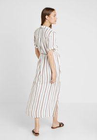 Glamorous Bloom - SHORT SLEEVE MIDI DRESS WITH BELT - Skjortekjole - white - 2