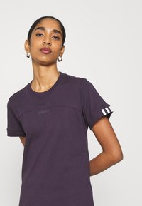 adidas Originals - SPORTS INSPIRED SHORT SLEEVE  - Print T-shirt - noble purple - 5