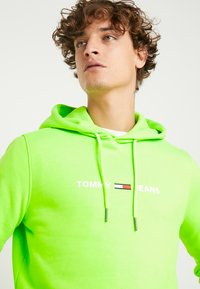 Tommy Jeans - NEON SMALL LOGO HOODIE - Felpa con cappuccio - green geco - 3
