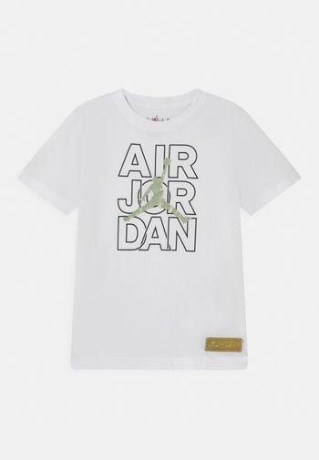 AIR JORDAN WILD TRIBES TEE UNISEX - Print T-shirt - white