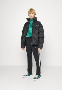 Pegador - WIDE TRACKPANTS UNISEX - Pantalon de survêtement - black/mint - 4