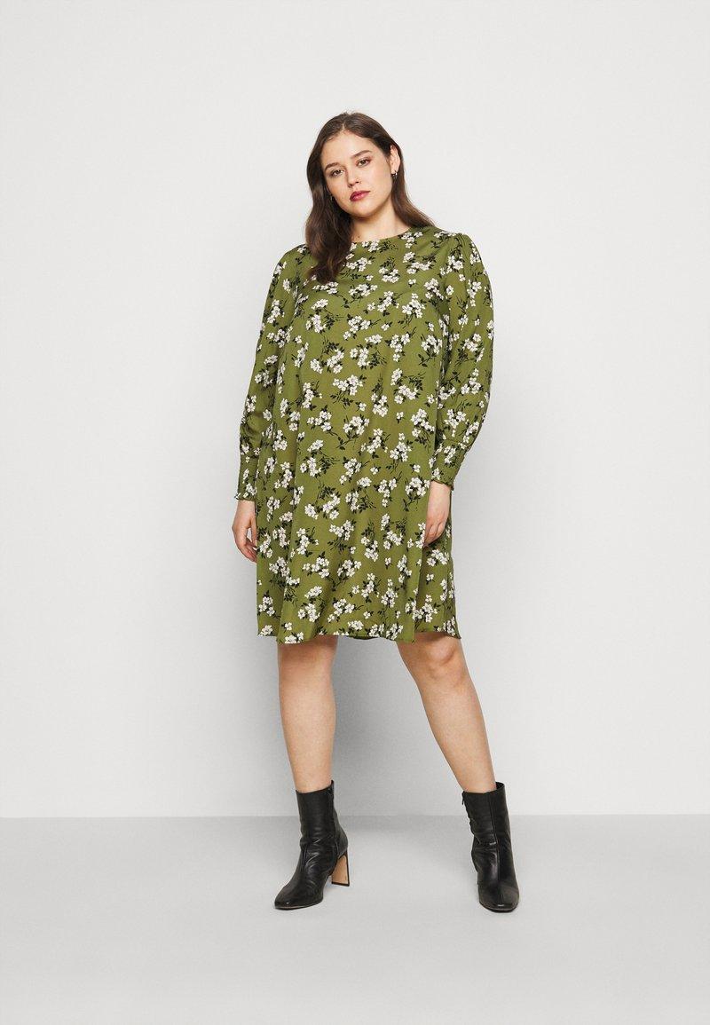New Look Curves - AMELIE FLORAL SMOCK - Denní šaty - green