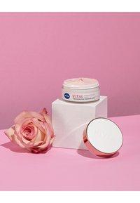 Nivea - VITAL RADIANT TEINT MOISTURISING CARE - Face cream - - - 2